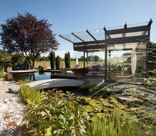 Gartenteich mit Steinbrücke
