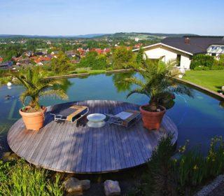 Schwimmteich mit runder Terrasse