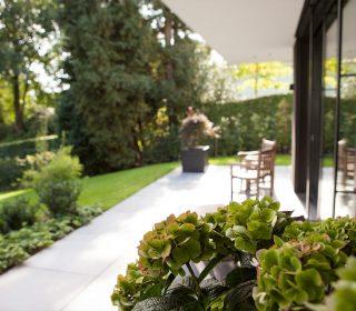 Terrasse mit Hanggarten
