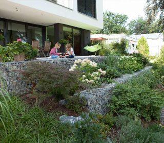 Hanggarten mit Stein-Gabionen