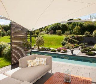 Swimmingpool mit Terrasse und Sonnensegel