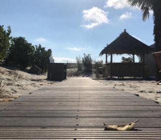 Weg aus Holz und Strandhütten