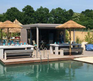 Poolhaus mit Sitzgruppen