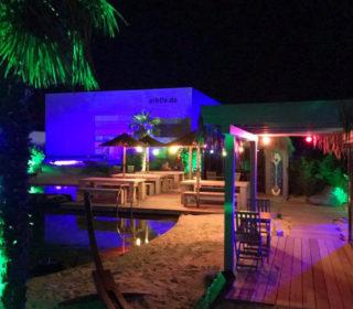 Beleuchtete Strandhütten