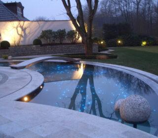 Pool bei Nacht mit Beleuchtung