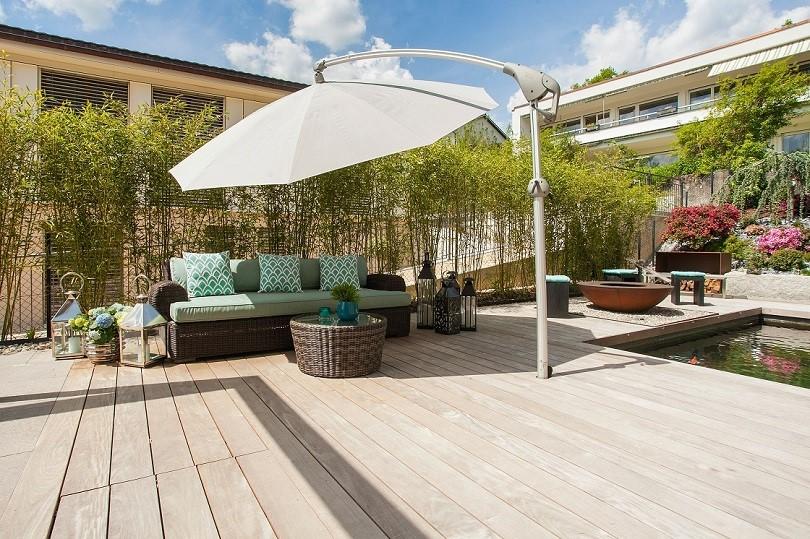 Sonnenschirm auf Terrasse